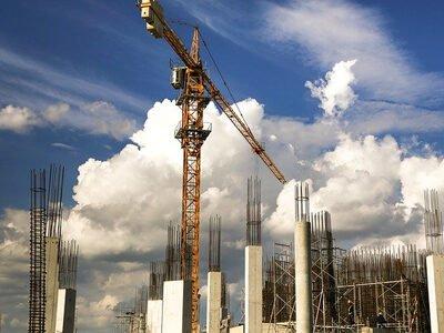 Stilstaande hijskraan op bouwplaats tijdens de bouwvak