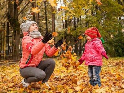 Spelen in de bladeren tijdens de herfstvakantie